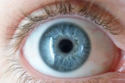 Nuevos Implantes Oculares Cambian el Color De Los Ojos Permanentemente... ¿Pero Cuál Es El Riesgo?